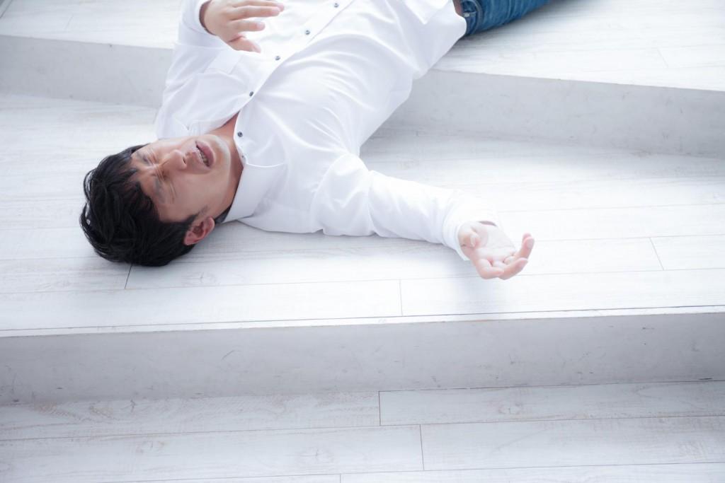ストレスからくるフラフラ目眩(めまい)で転ぶ男性