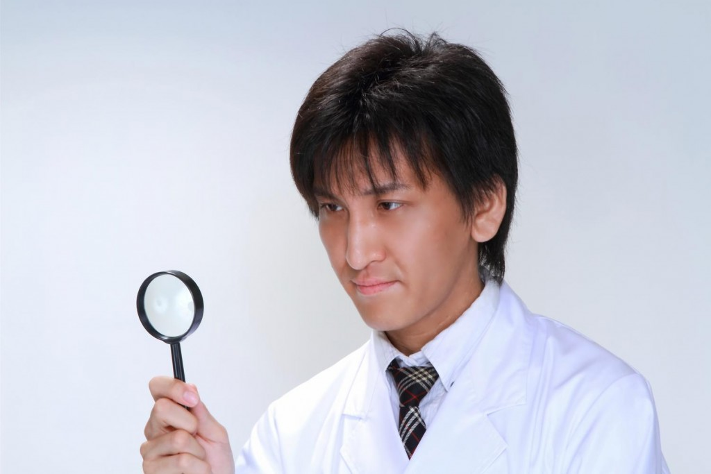 病気の原因を突き止めようと賢明な若き医師の姿