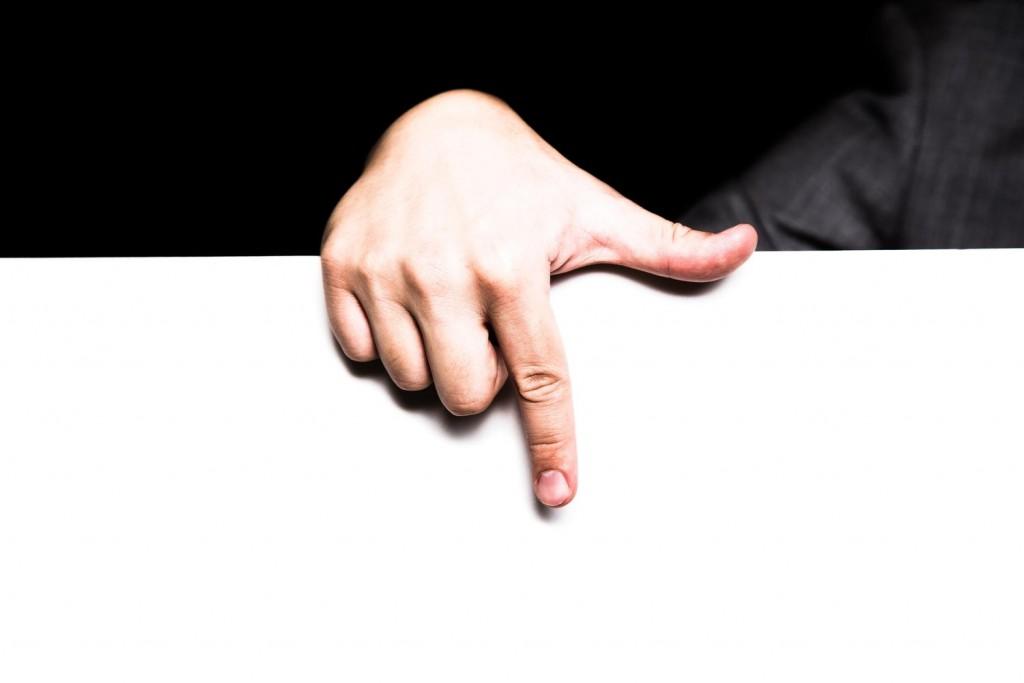 矢印のポーズをとっている手